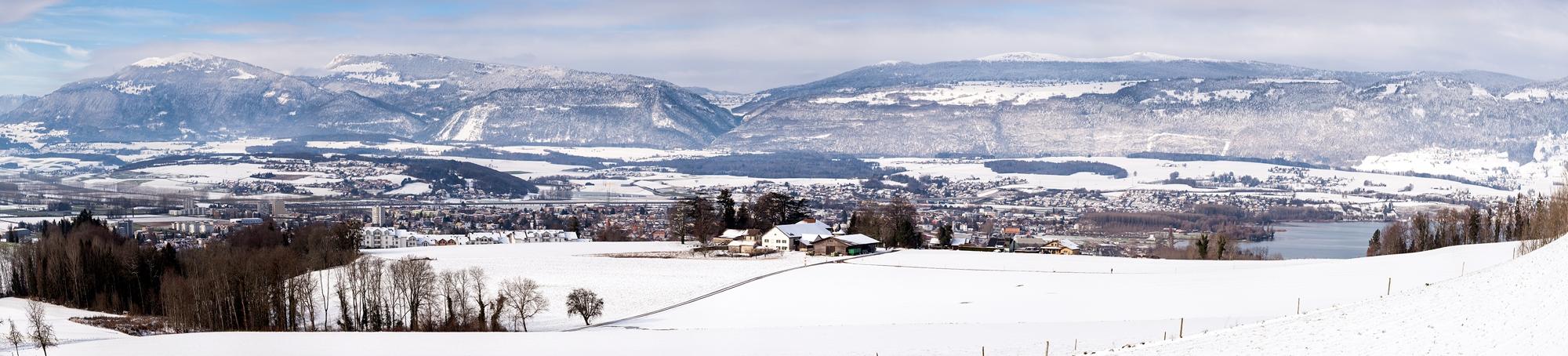 Jura et ville d'Yverdon et son manteau neigeux